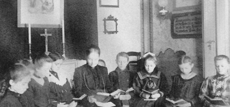 Margarethe bei einem Lesenachmittag mit Kindern.
